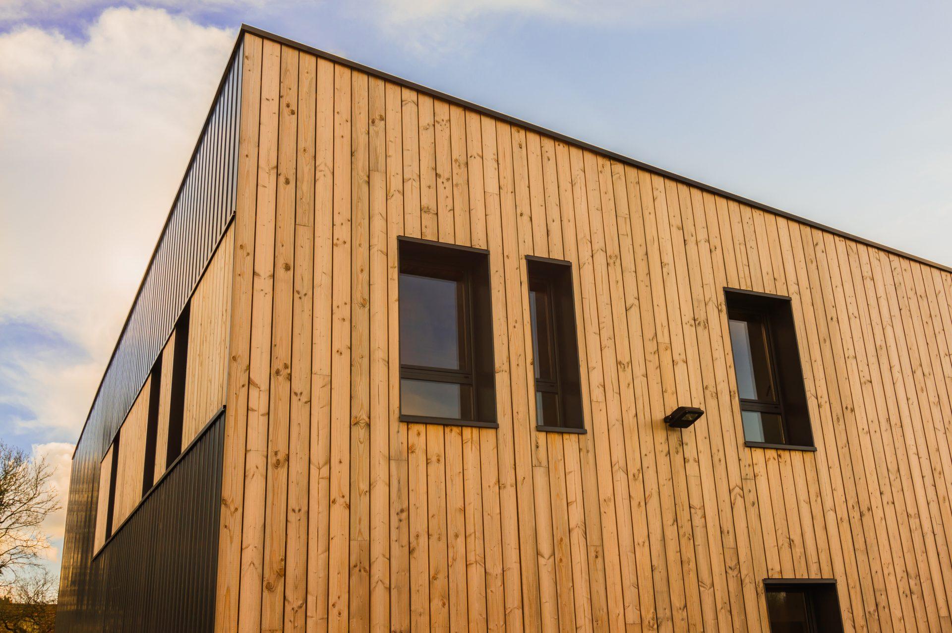Moderne Holzfassade am Industriegebäude Bürogebäude - Modern wooden facade on the industrial Office building